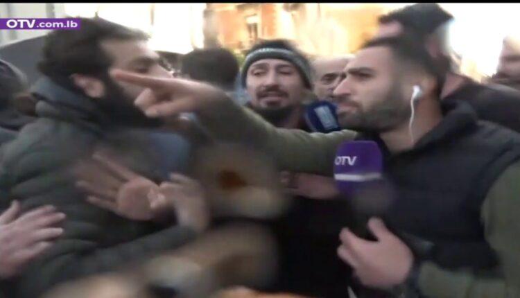 """متظاهرون لبنانيون يعتدون على فريق قناة """"OTV"""""""