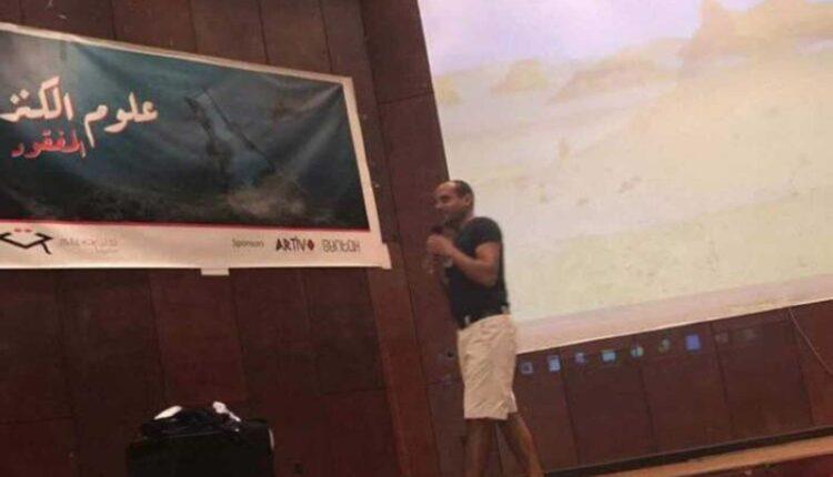 أستاذ في جامعة المنصورة يخلع ملابسه أمام الطلاب الجدد
