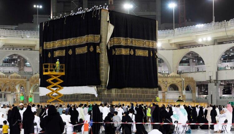 السعودية توقف العمرة بشكل مؤقت وتمنع زيارة المسجد النبوي