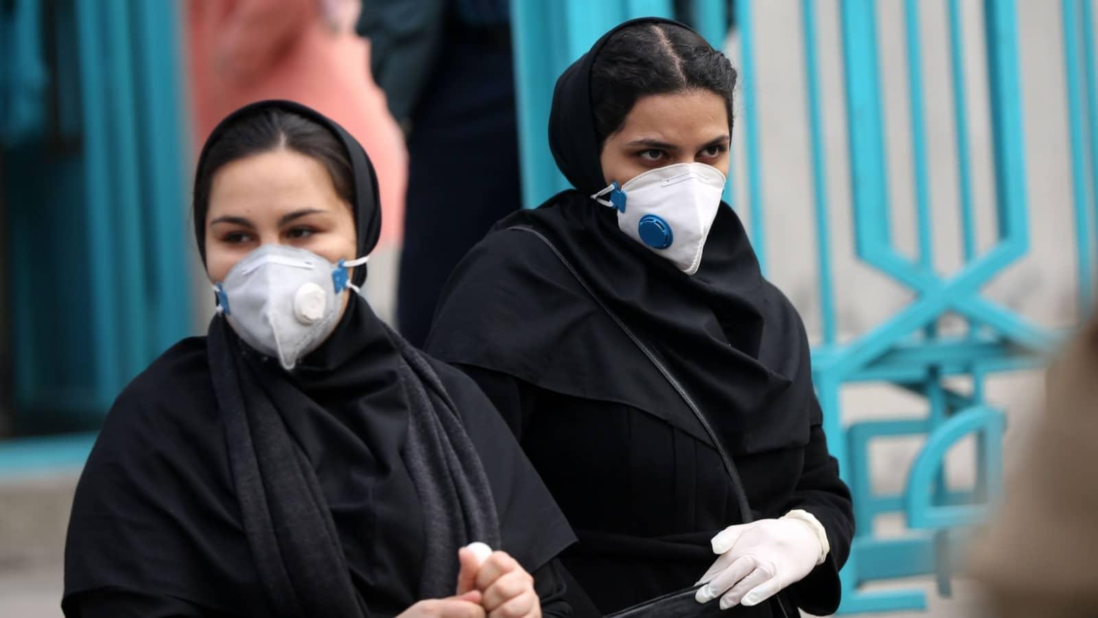 """وقف إلى جانب الناطق باسم الحكومة يتصبب عرقاً.. """"شاهد"""" أعراض كورونا على نائب وزير الصحة الايراني"""
