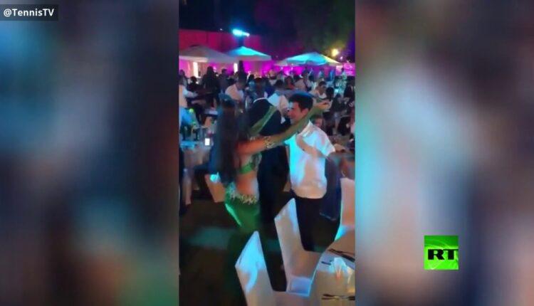 نجم رياضي شهير، يرقص على أنغام الموسيقى الشرقية في دبي مع راقصة بلباس فاضح تحمل السيف