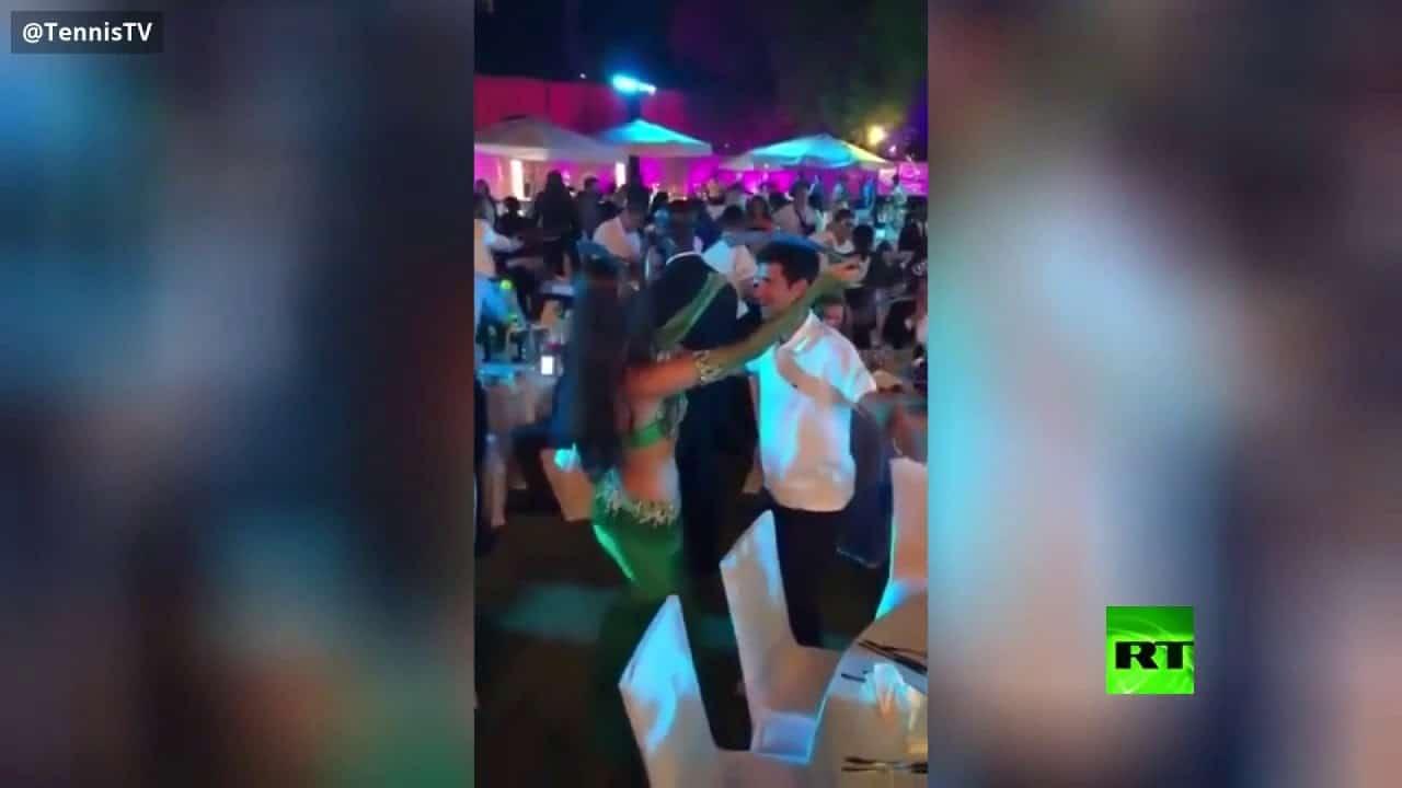 """راقصة بلباس فاضح وسيف.. """"شاهد"""" نجم رياضي شهير يمارس السعادة """"على واحدة ونص"""" في دبي"""