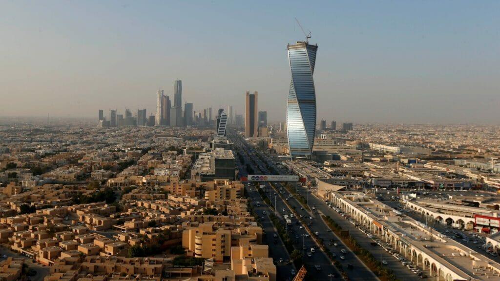 """مغرد قطري شهير يشكك في """"مسرحية"""" قصف الرياض ويفضح """"13"""" هدفاً سعى ابن سلمان ورائهم"""