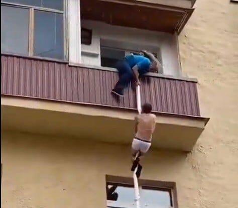 زوج يضبط زوجته في أحضان عشيقها الذي حاول الهرب بطريقة غريبة
