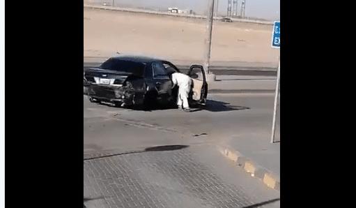 """سيوف وسكاكين وتحطيم سيارات.. """"شاهد"""" ماذا فعلت عصابة كويتية في """"عز النهار"""" بالجهراء ودفعت الشرطة للتحرك"""