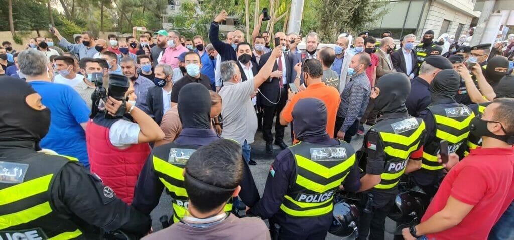 """""""إلا رسول الله"""".. """"شاهد"""" نشامى الأردن يزلزلون الأرض أمام السفارة الفرنسية وتدخل أمني عاجل"""