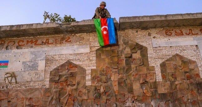 """""""شاهد"""" سيطرة كاسحة لـ أذربيجان.. رفعت علمها على مدينة جديدة و24 قرية وهروب جماعي لجنود أرمينيا"""