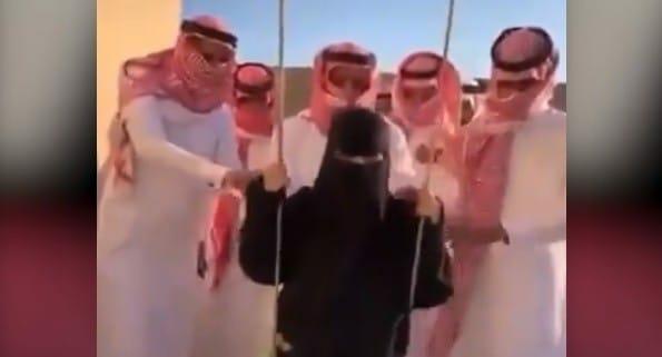 سعوديون يداعبون منقبة على أرجوحة