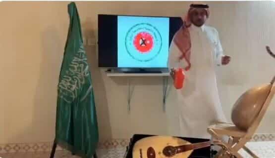 سعودي يحرق آلة موسيقية مقاطعة المنتجات التركية