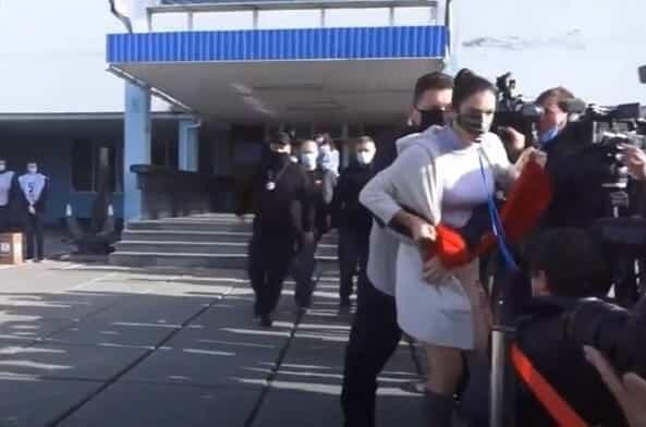 فتاة من حركة فيمين تحتج أمام الرئيس الأوكراني