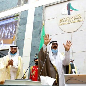 """""""شاهد"""" الشيخ مشعل الأحمد يؤدي اليمين الدستورية ولياً للعهد وهكذا بايعه نواب مجلس الأمة"""
