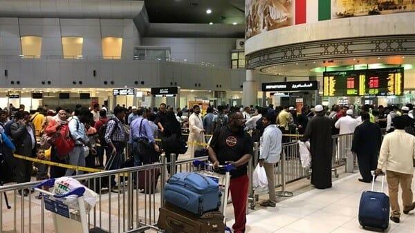 """بعدما استغفلهم مواطن ونهب """"تحويشة العمر"""".. """"شاهد"""" وصول 300 مصري كانوا عالقين بالإمارات إلى الكويت"""