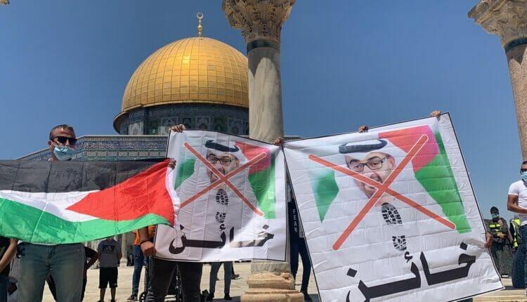 مقدسيون يدسون صور محمد بن زايد المسجد الأقصى