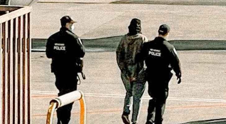 """""""شاهد"""" الأردنية أماني الخطاطبة تثير الشك بمطار أمريكي.. أنزلوها قبل الإقلاع واحتجزوها بعدما كشفت قدميها"""