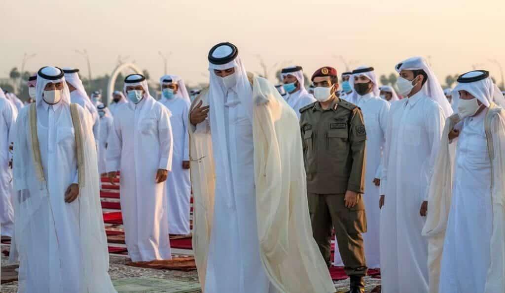 """""""شاهد"""" أمير قطر يؤدي صلاة الاستسقاء ويقلب ردائه بعد الصلاة مثيراً تفاعلاً واسعاً.. ماذا يعني ذلك؟"""