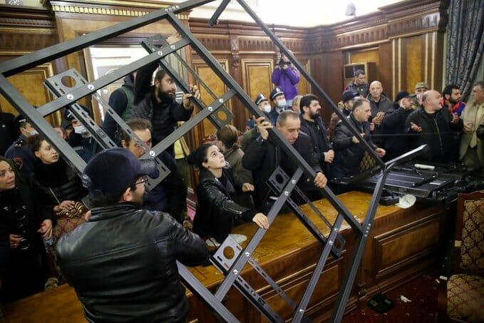 """""""شاهد"""" انتصار أذربيجان الكاسح أحدث زلزال عنيف في أرمينيا.. غضب شعبي واسع وفوضى في كل مكان"""