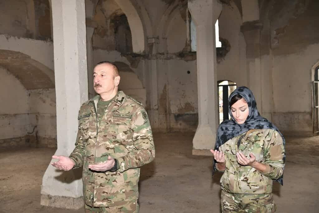 قبّل المصحف والجدران .. شاهد ماذا قدّم رئيس أذربيجان وزوجته لمسؤولي مسجد تاريخي محرّر من أرمينيا
