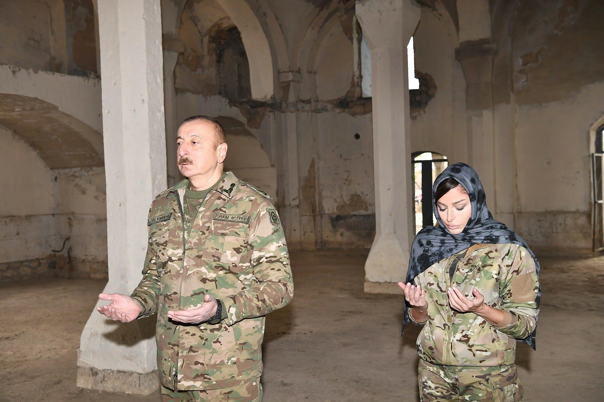 رئيس أذربيجان إلهام علييف إلهام علييف وزوجته مهريبان علييفا في مسجد تاريخي مدينة أغدام المحررة