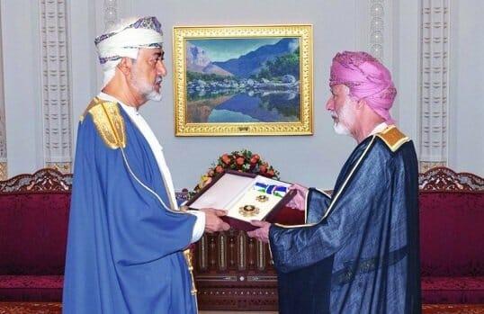 السلطان هيثم بن طارق يكرم الوزير يوسف بن علوي