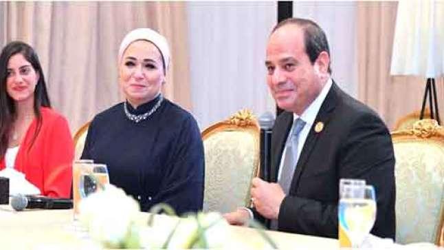 السيسي وزوجته انتصار
