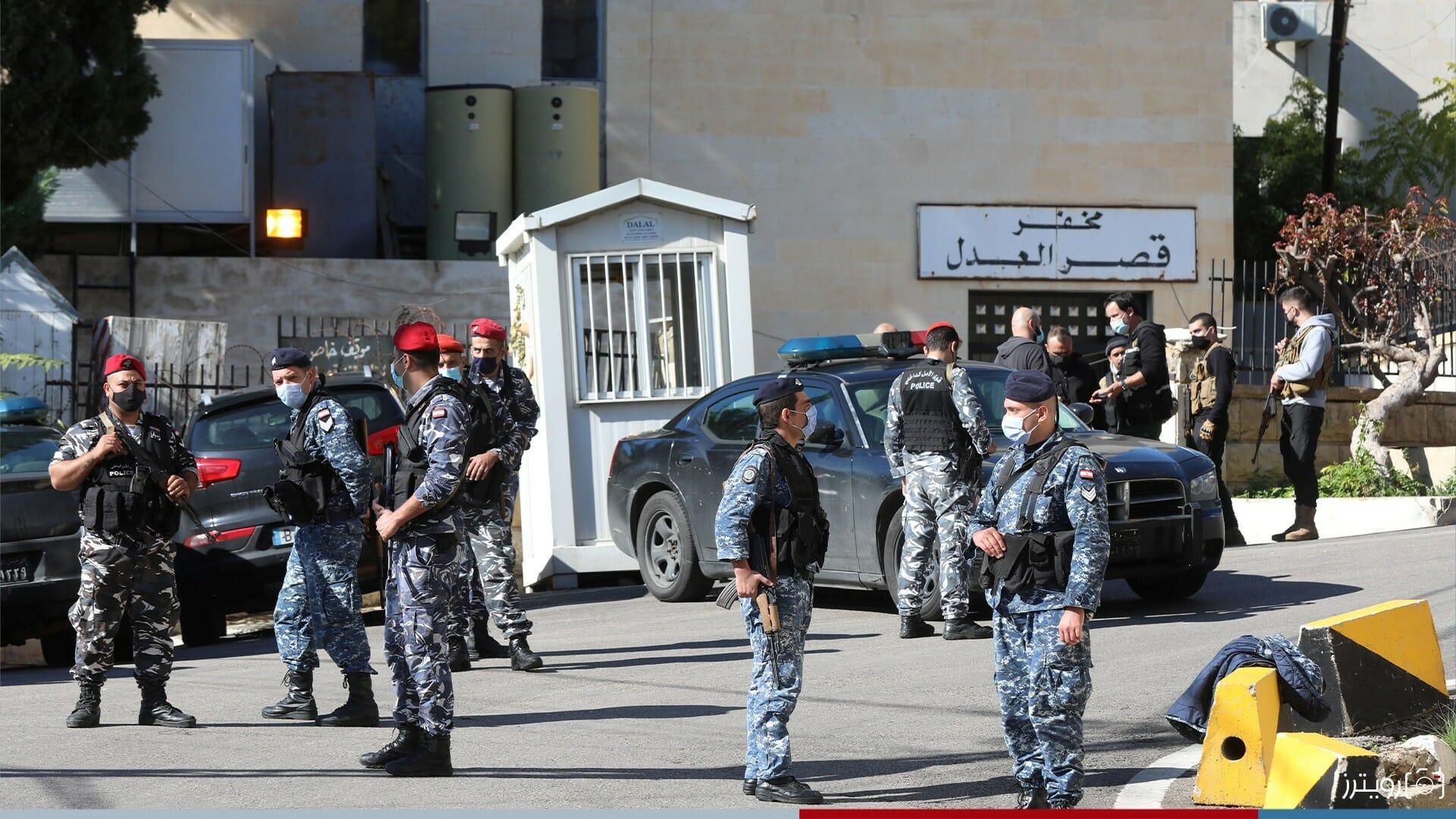 الشرطة أمام خفر قصر العدل-سجناء لبنانيون
