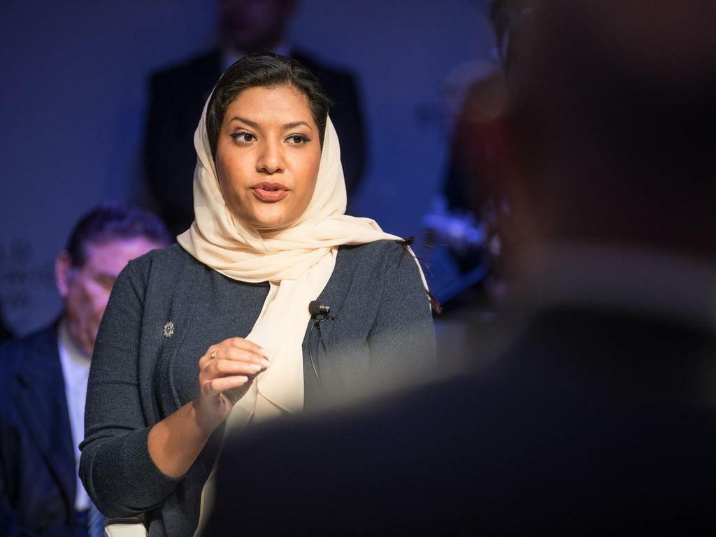 """""""شاهد"""" إيران تتسبب في أزمة شخصية للأميرة ريما بنت بندر.. وهذه قصة """"السجادة"""" في مكتبها بالسفارة"""