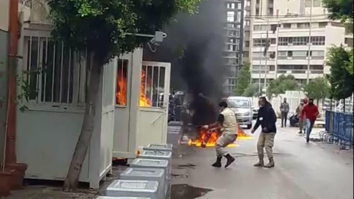 لبناني يحرق نفسه
