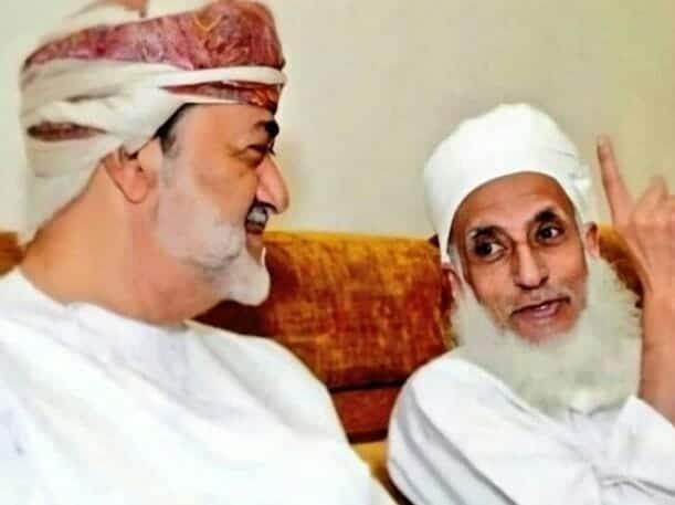 مفتي سلطنة عمان الشيخ أحمد بن حمد الخليلي والسلطان هيثم بن طارق