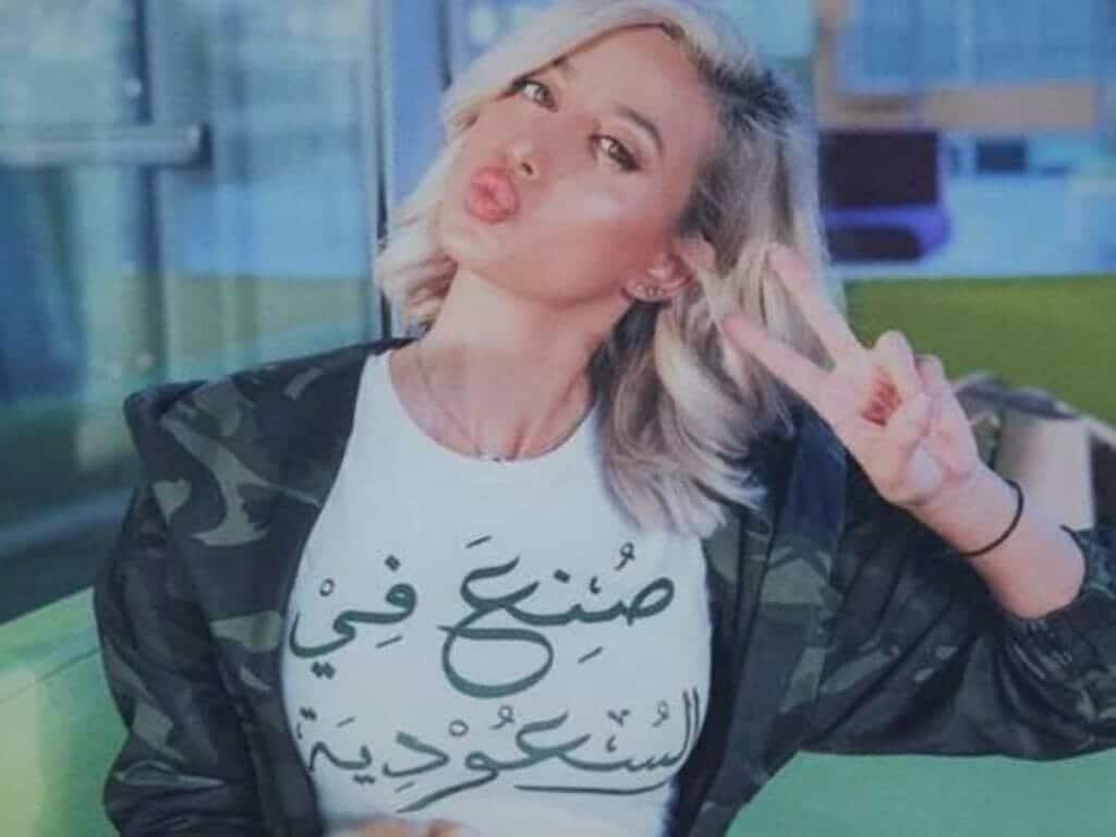 """العارضة السعودية """"مودل روز"""" تحتفل باليوم الوطني لبلادها بالرقص في الشارع وتحيي الملك وولي عهده"""