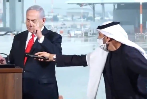 """""""شاهد"""" كيف أهان وحقّر نتنياهو الإماراتيين في """"تل أبيب"""" رغم ارتمائهم في أحضانه!!"""
