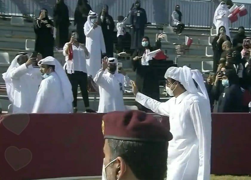 أمير قطر الشيخ تميم بن حمد يحيي المشاركين باحتفالات اليوم الوطني القطري
