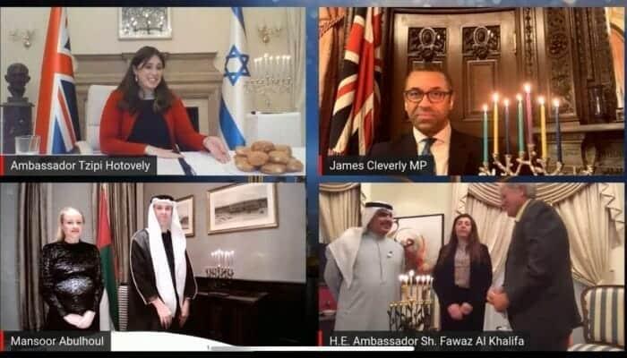 """سفيرا الإمارات والبحرين يقضيان أوقاتا سعيدة مع نظيرتهما الإسرائيلية ويشعلان شموع """"حانوكا"""" بكل الحب"""