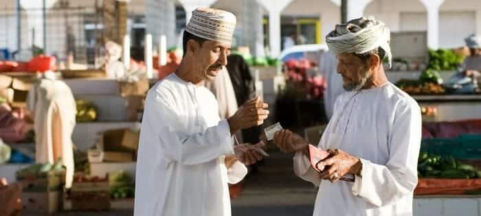 عمانيون يدشنون حملة ضخمة لوقف بدلات وامتيازات المسؤولين التي ارهقت ميزانية السلطنة