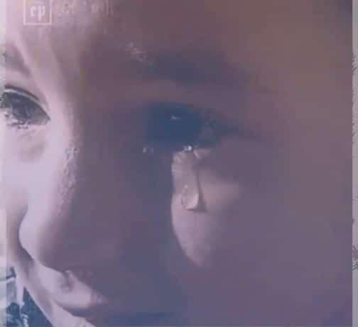 طفلة سورية تشتكي البرد والجوع