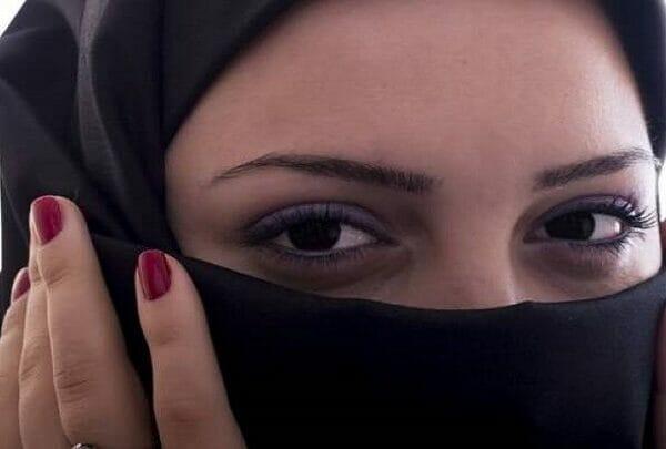 فتاة سعودية تطلب من شاب ان يخلع الكمامة لترى وجهه