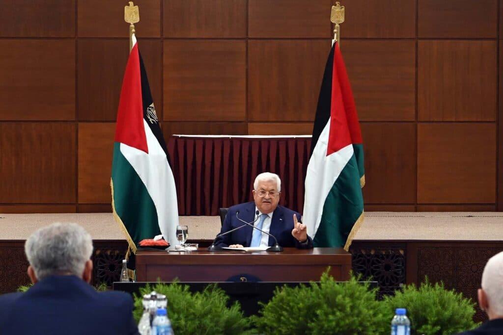 """إعلامي إماراتي """"قبض من دحلان"""" يتهم الرئيس الفلسطيني بالفساد ولا يجوز التعامل معه نهائياً!"""