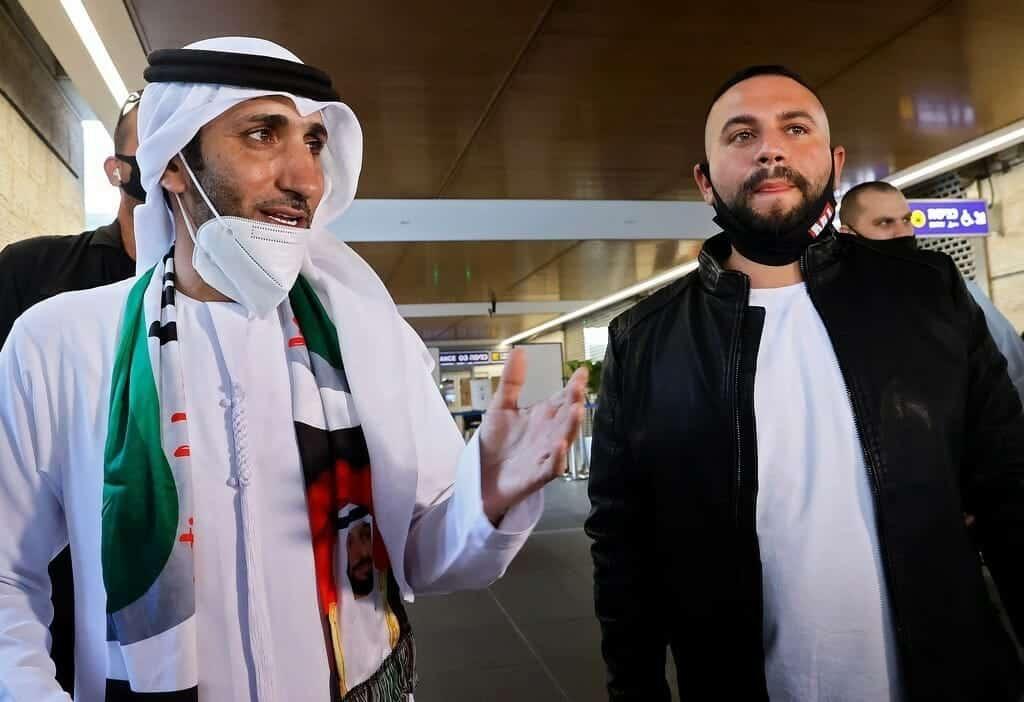 """""""شاهد"""" لحظة وصول الفنان الإماراتي وليد الجاسم إلى تل أبيب.. خلع سرواله وركض لاحتضان أبناء عمه!"""