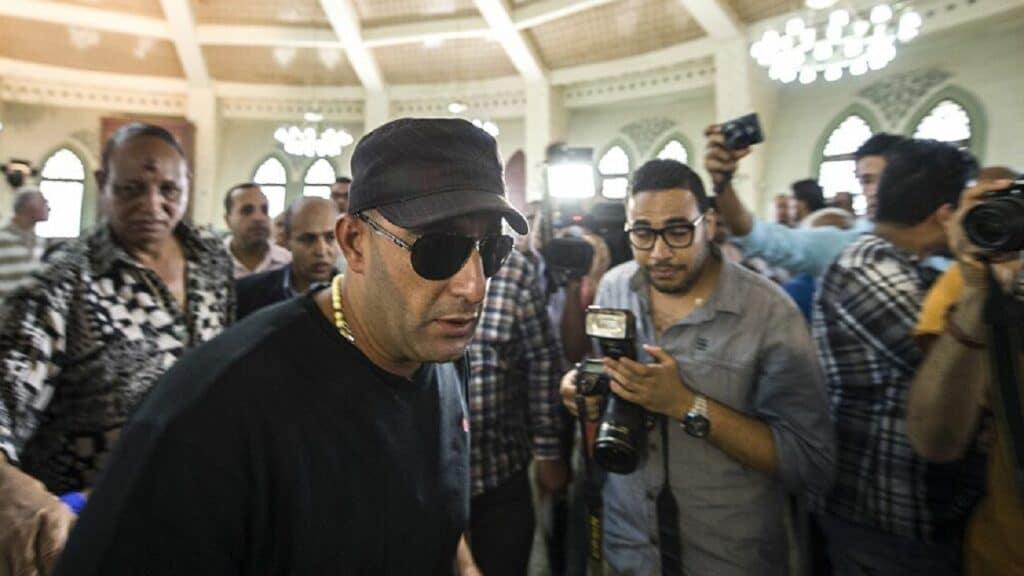أحمد السقا في عزاء محمد الصغير ينهار ويضرب صحفي