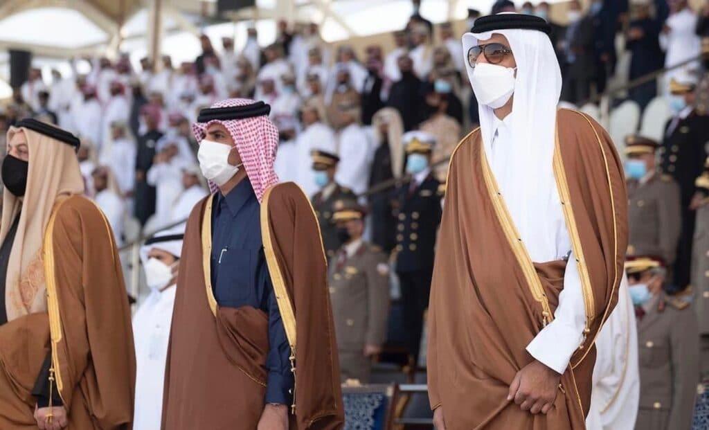 شاهد ماذا فعل أمير قطر تميم بن حمد خلال تخريج دفعة جديدة للضباط وأثار تفاعلاً واسعاً