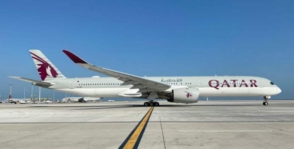 أول طائرة قطرية تصل مطار الملك خالد
