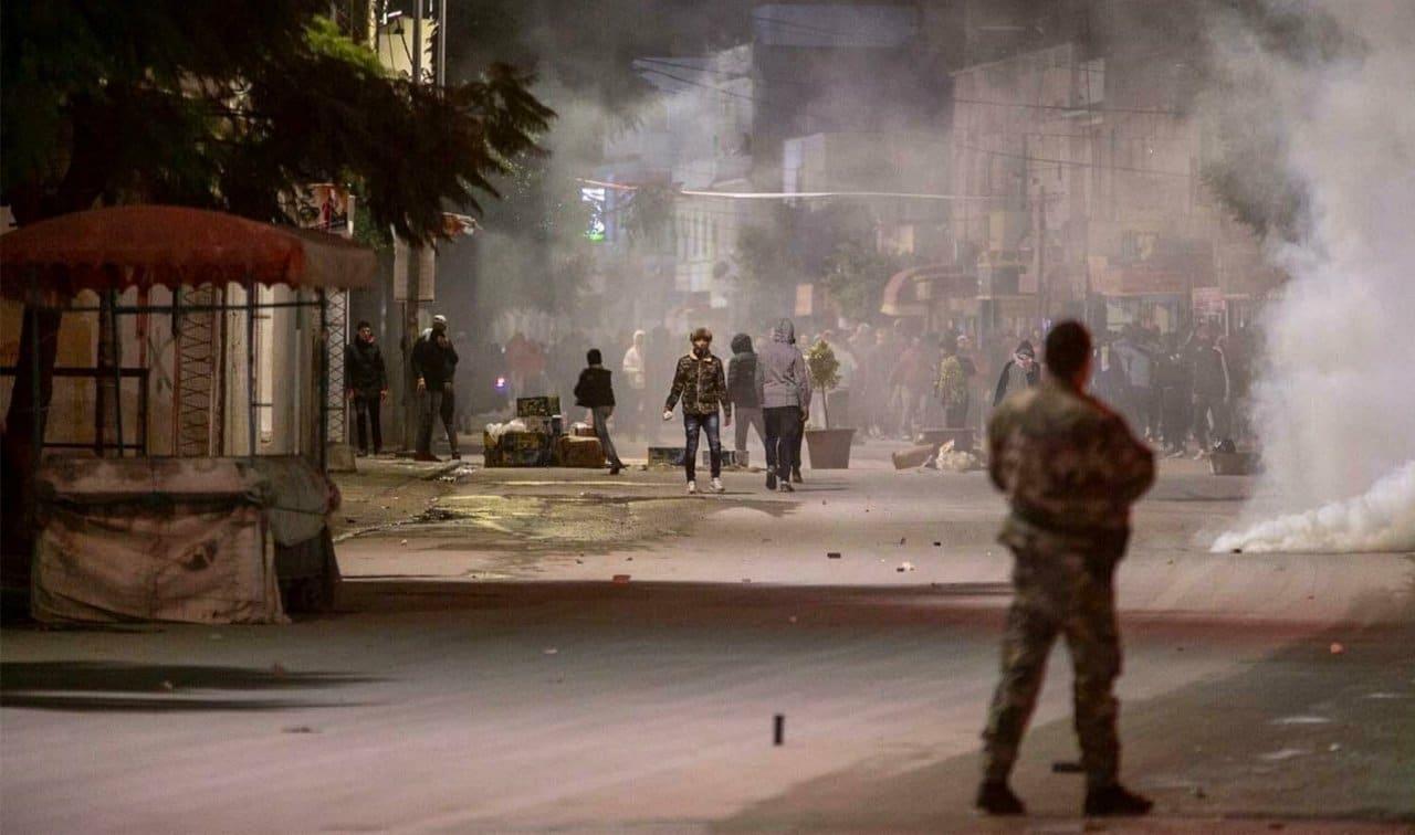 احتجاجات عنيفة تجتاح مدن تونس