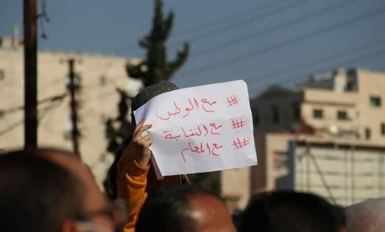 فيديو صادم من الأردن وحملة اعتقالات جديدة بصفوف المعلمين لنشر الرعب بينهم ومنع التظاهرات