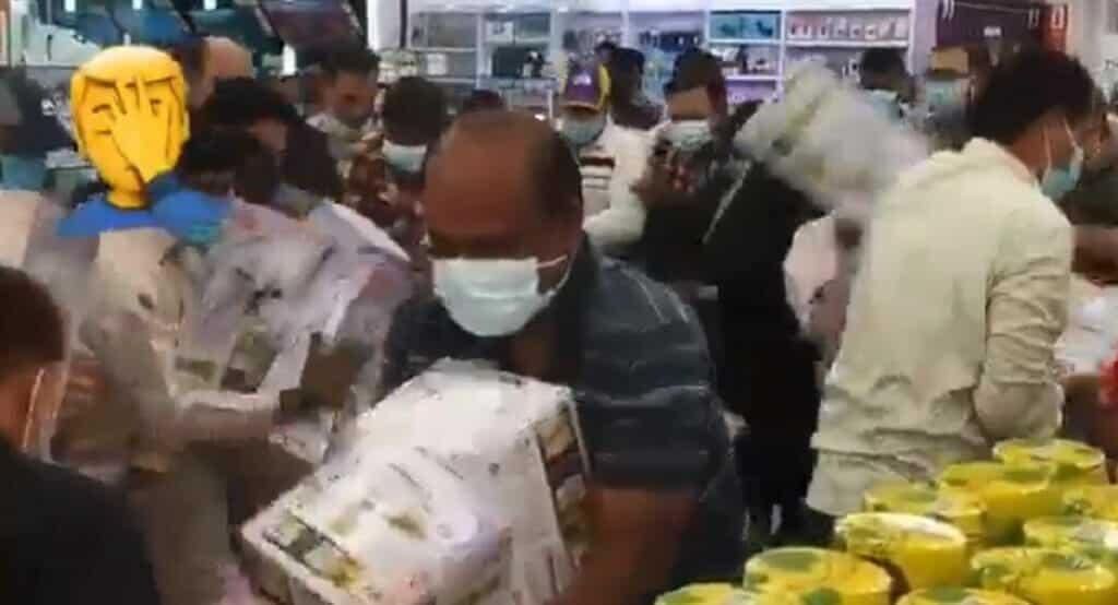 اكتظاظ العشرات داخل أحد المولات التجارية في سلطنة عمان