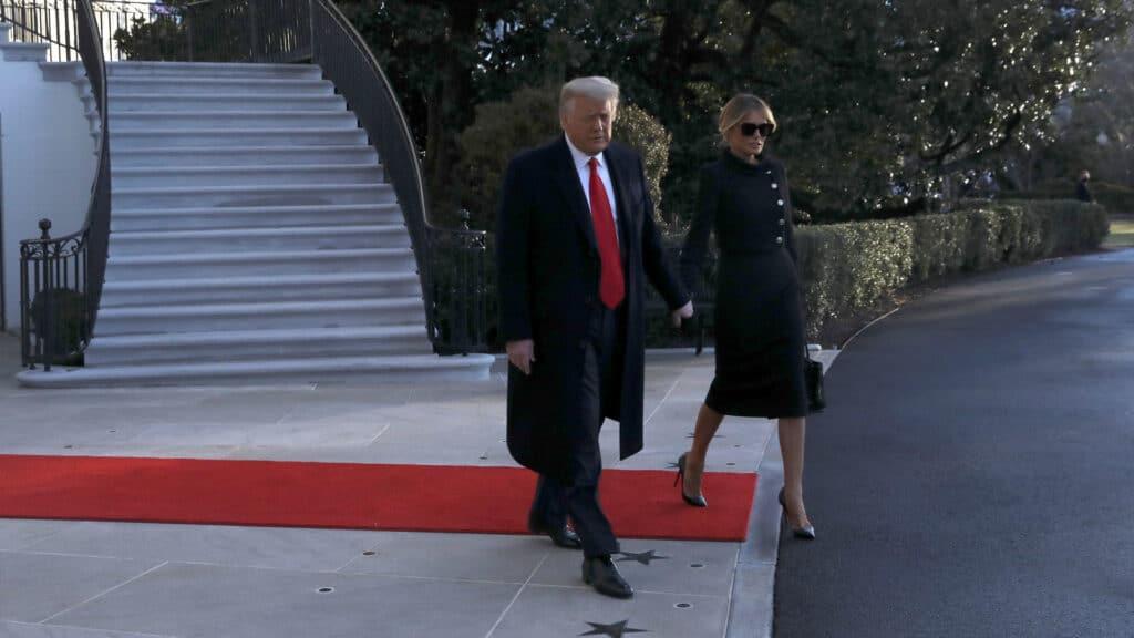 شاهد لحظة مغادرة دونالد ترامب للبيت الأبيض برفقة ميلانيا التي ظهرت تضحك