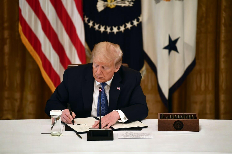 ترامب يوقع صفقة أسلحة مع الإمارات