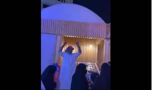 سعودي من الاحساء يحتفل بالمصالحة