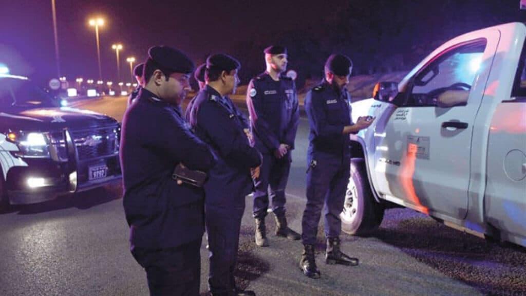 وافدة عربية تحطم زجاج سيارة الشرطة في الكويت بعد ضبطها ق حالة غير طبيعية