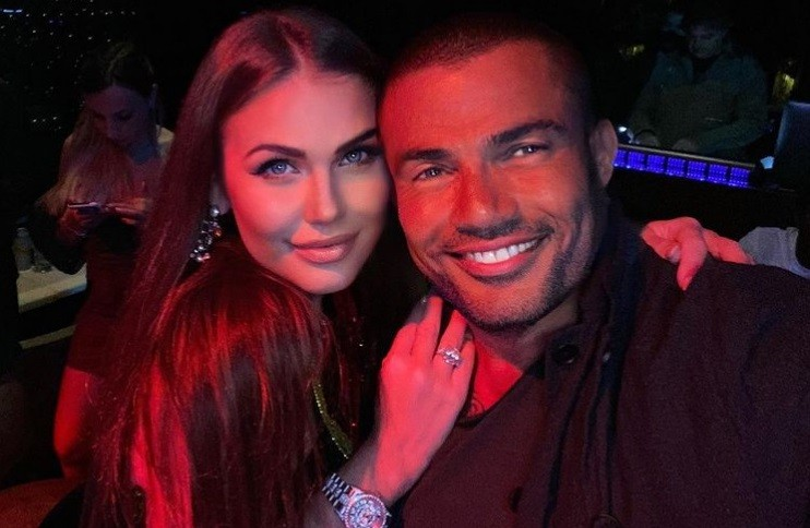 عمرو دياب يلتقط سيلفي مع ملكة جمال لاتفيا في دبي
