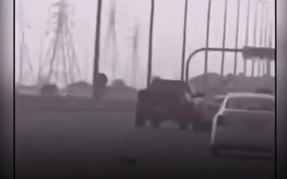 فتاة تخدع شاب طاردها في الشارع بسيارته في الكويت