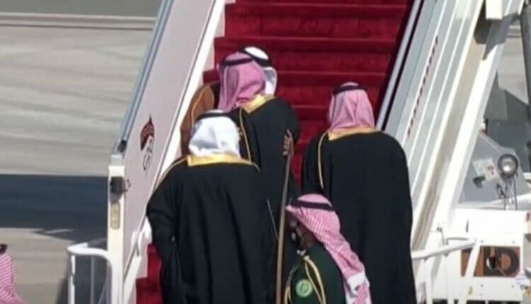 محمد بن سلمان يعانق أمير قطر تميم بن حمد